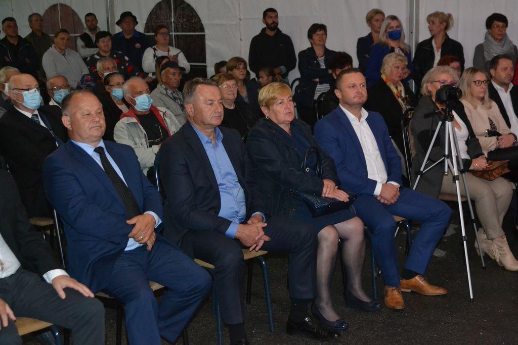 Župan Ivo Žinić i njegov zamjenik Roman Rosavec su u subotu, 26. rujna 2020. godine, u šatoru postavljenom ispred Društvenog doma u Voloderu (Grad Popovača) nazočili svečanom obilježavanju tradicije Voloderske jeseni, najvažnije berbene svečanosti Sisačko-moslavačke županije.
